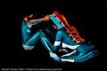 2 bodygepaintete Modelle bilden den Adidas-Schuh - Seitenansicht